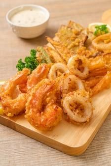 Gefrituurde zeevruchten (garnalen en inktvis) met gemengde groente - ongezonde voedingsstijl