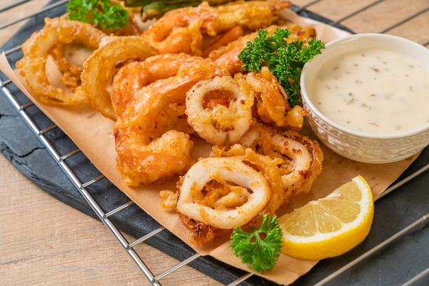 Gefrituurde zeevruchten (garnalen en inktvis) met gemengde groenten