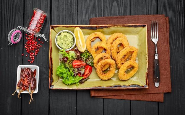 Gefrituurde zeevruchtengarnalen en inktvis met een mix van groenten - ongezonde voedingsstijl