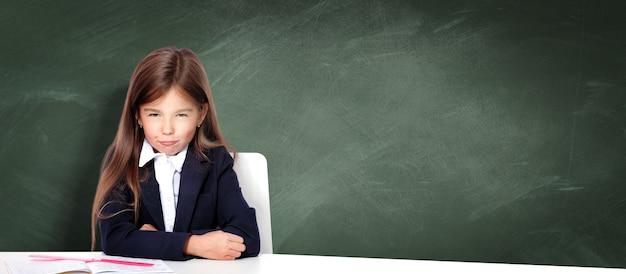 Gefrustreerd en ongelukkig tienermeisje op school.