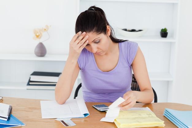 Gefrustreerd jonge vrouw boekhouding