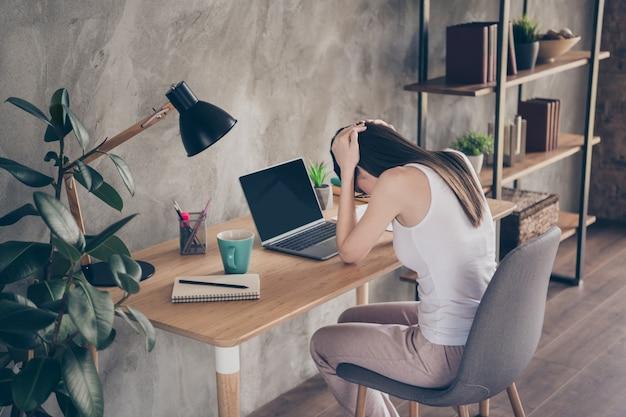 Gefrustreerd meisje werk externe laptop hand hoofd