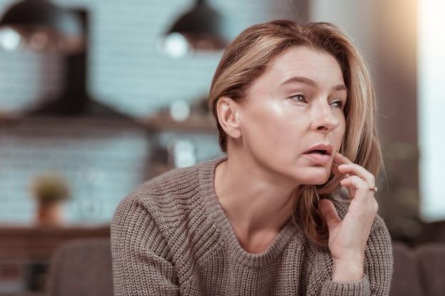 Gefrustreerd na ruzie. volwassen aantrekkelijke vrouw met donkere ogen voelt zich gefrustreerd na ruzie met echtgenoot