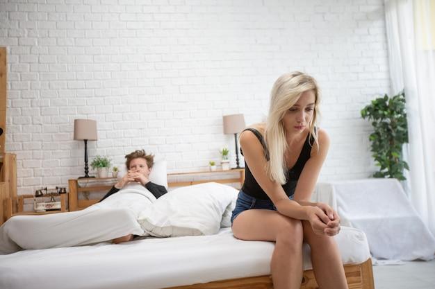 Gefrustreerd triest vriendin zit op bed denk aan relatieproblemen, boos liefhebbers overwegen op te splitsen
