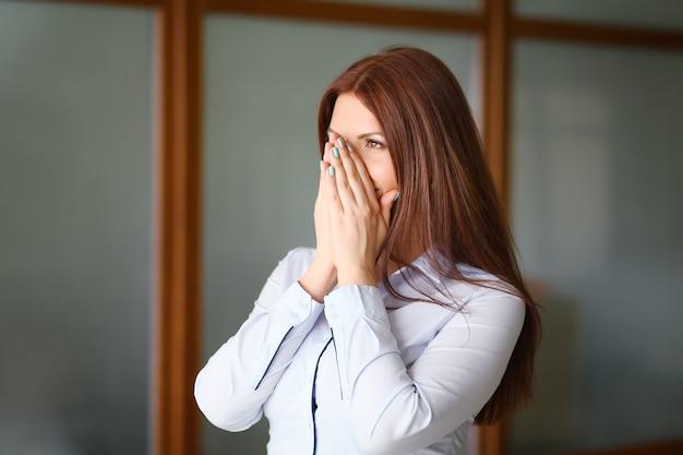 Gefrustreerde en gestresste jonge zakenvrouw in pak.