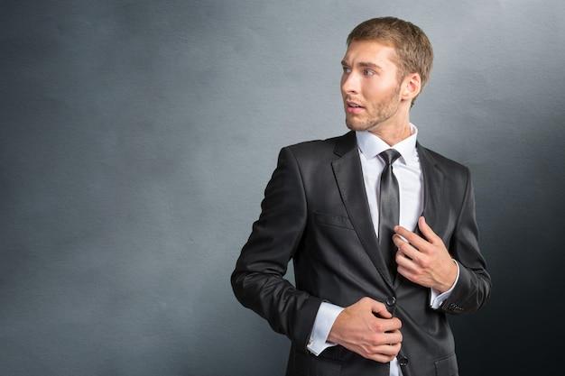 Gefrustreerde en nerveuze jonge zakenman