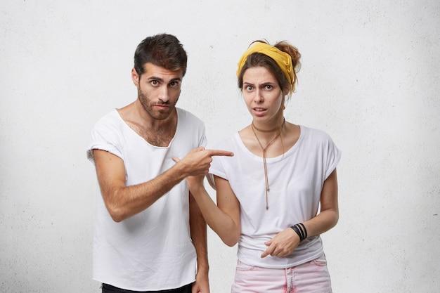 Gefrustreerde jonge man en vrouw die een meningsverschil hebben