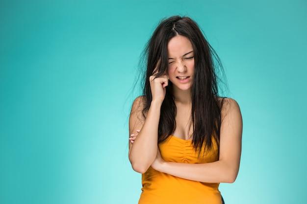 Gefrustreerde jonge vrouw met een slecht haar Gratis Foto
