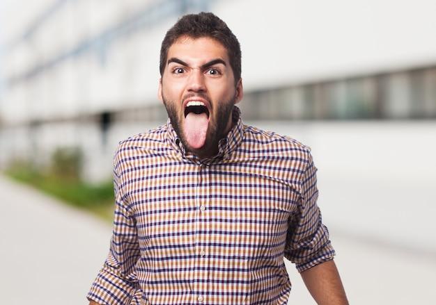 Gefrustreerde man met zijn tong uit