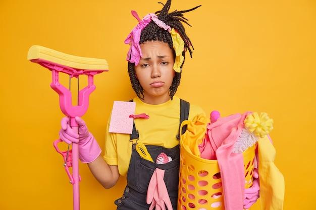 Gefrustreerde ongelukkige huisvrouw heeft een mokkende gezichtsuitdrukking