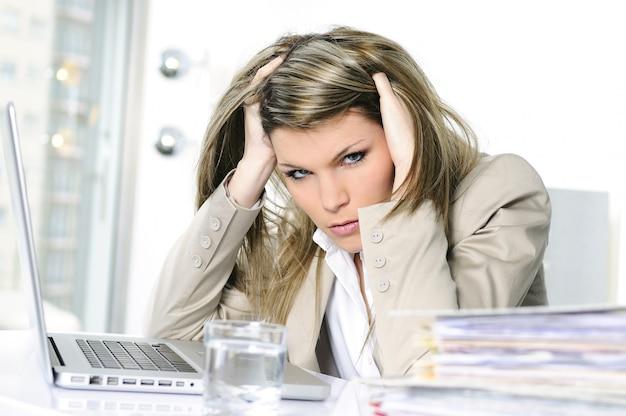 Gefrustreerde vrouw die aan computer werkt