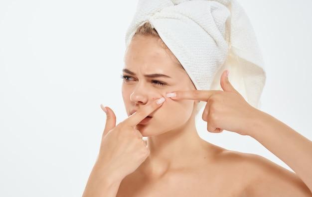 Gefrustreerde vrouw gebaren met handen en een handdoek op haar hoofd blote schouders.