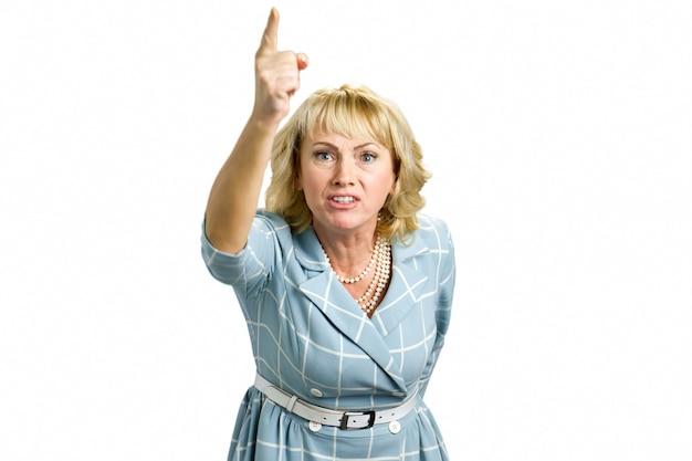 Gefrustreerde vrouw hief hand op. geërgerd volwassen vrouw die naar boven wijst, wit
