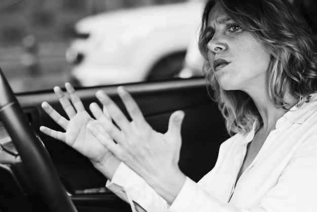 Gefrustreerde vrouw vast in een verkeer