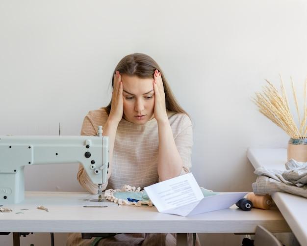 Gefrustreerde zakenvrouw die problemen heeft met hypotheekbetalingen terwijl ze op haar eigen mode zit