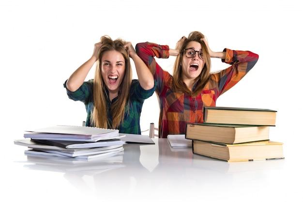 Gefrustreerde zussen samen studeren
