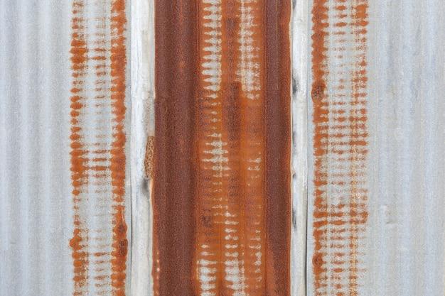 Gegalvaniseerd wandpaneel met roestvlekken op de gegalvaniseerde plaatachtergrond