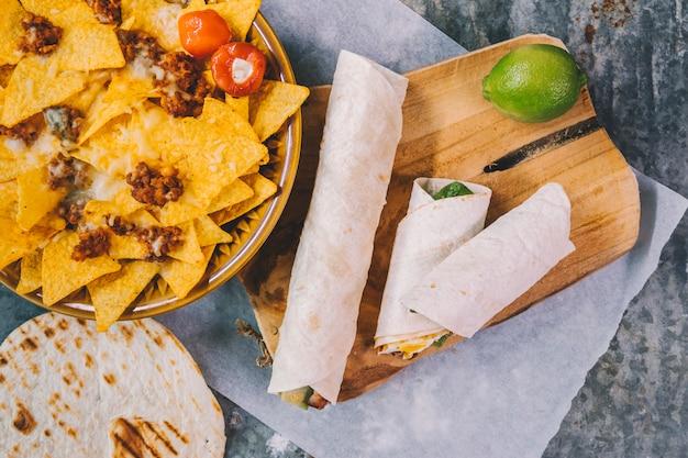 Gegarneerd heerlijke mexicaanse nachos in plaat met taco's