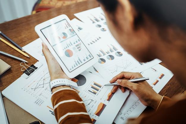 Gegevens van de bedrijfsvrouwen de aziatische bespreking en analysegrafiek van financiële gegevens.