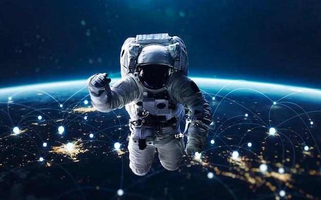 Gegevensuitwisseling en wereldwijd netwerk over de hele wereld. aarde 's nachts, stadslichten vanuit een baan. elementen van deze afbeelding geleverd door nasa
