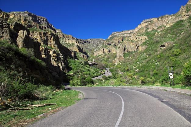 Geghardklooster in de bergen van de kaukasus van armenië