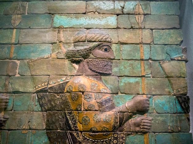 Geglazuurd kiezelhoudend bakstenen muurfragment van het paleis van de perzische koning darius, susa, nu gevestigd in het pergamonmuseum in berlijn