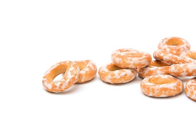 Geglazuurde bagels op witte achtergrond