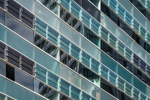 Geglazuurde balkons van de gevel van een stedelijk gebouw in blauwachtige en groenachtige tinten