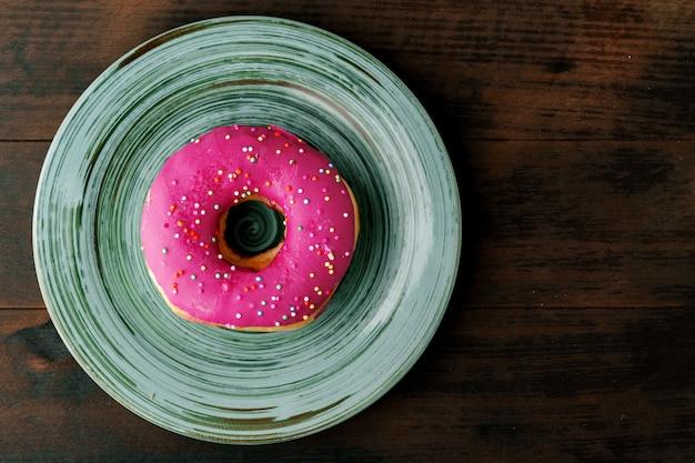 Geglazuurde donut met hagelslag in plaat close-up bovenaanzicht