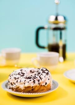 Geglazuurde donut op plaat