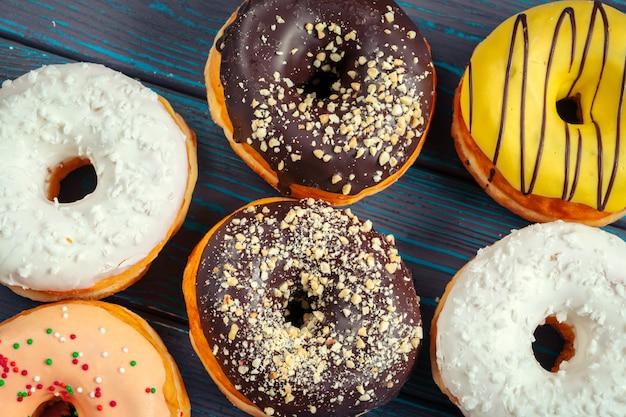 Geglazuurde donuts bovenaanzicht