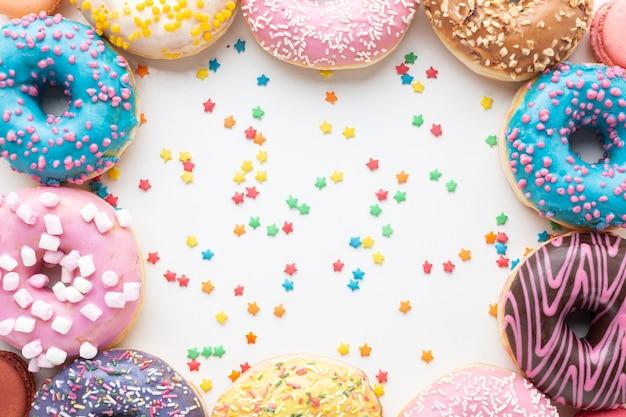 Geglazuurde donuts in platte laag