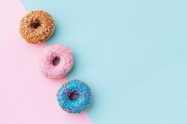 Geglazuurde donuts met kopie ruimte