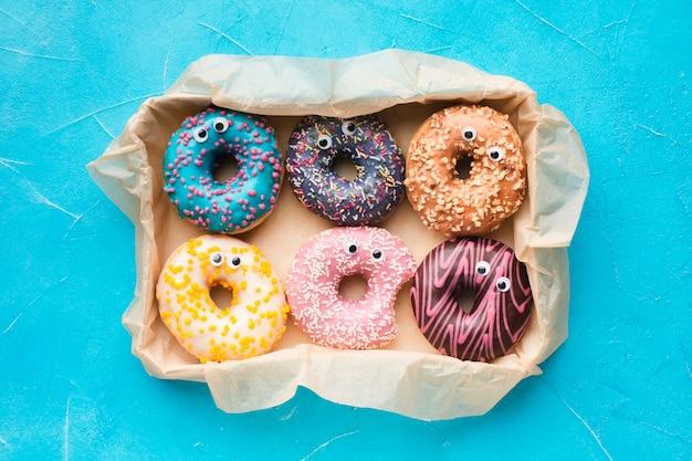 Geglazuurde donuts met ogen bovenaanzicht