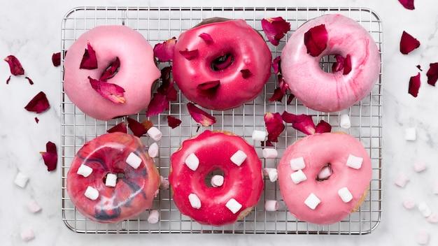 Geglazuurde donuts met rozenblaadjes