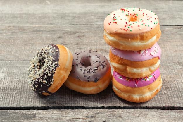Geglazuurde donuts op houten achtergrond