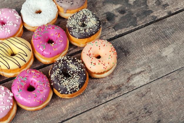 Geglazuurde donuts op houten oppervlak