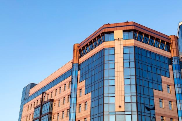 Geglazuurde gevel van een modern gebouw stedelijke architectuur