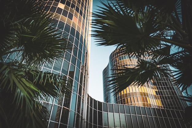 Geglazuurde gevels van kantoorgebouwen