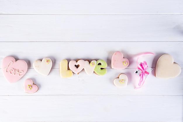 Geglazuurde hartvormige koekjes, bakken met liefde voor valentijnsdag, liefdesconcept