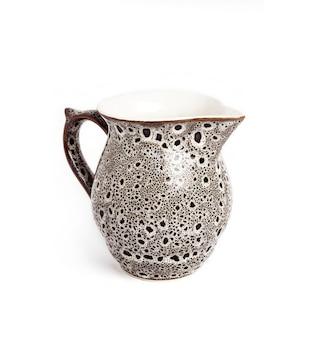 Geglazuurde keramische pot op een witte achtergrond met uitknippad