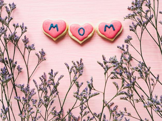Geglazuurde koekjes met het woord mom