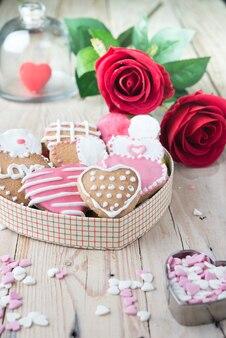 Geglazuurde koekjes op valentijnsdag, van bovenaf