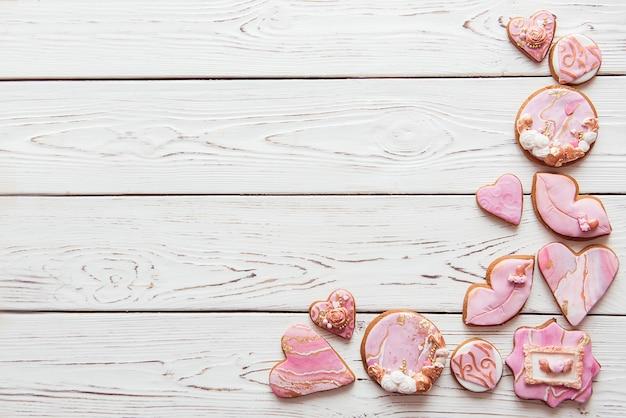 Geglazuurde marmeren koekjes op witte achtergrond, bovenaanzicht, kopie ruimte