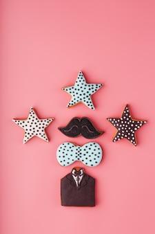 Geglazuurde peperkoek in de vorm van een snor, vlinder en smoking, sterren heren set. handgemaakte koekjes.