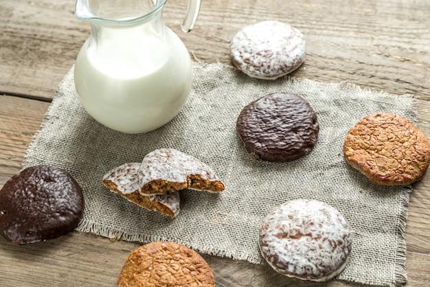 Geglazuurde peperkoekkoekjes met kruik melk