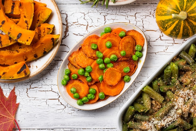 Geglazuurde wortel met erwten. thanksgiving day traditionele gerechten