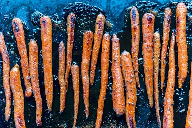 Geglazuurde wortelen op de bakplaat