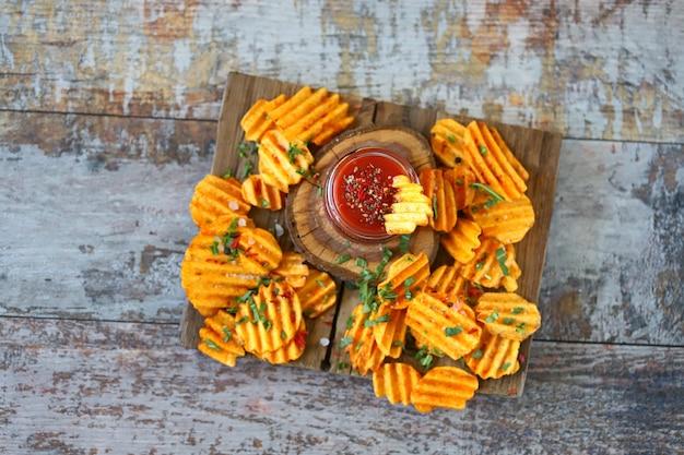 Gegolfde chips met kruiden en saus