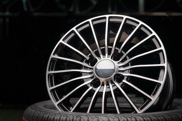 Gegoten aluminium wielen in de winkel. dunne spaken, mooie zwarte kleur. de wielen zitten op de band.